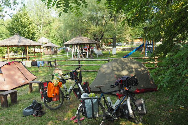 Zeltplatz in Albanien. 5 Euro pro Person inkl. Frühstück - Radreise Alles in 12 Taschen