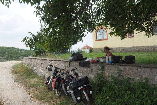 Die Mauer grenzt das Grundstück einer Kirche ab - Radreise Alles in 12 Taschen