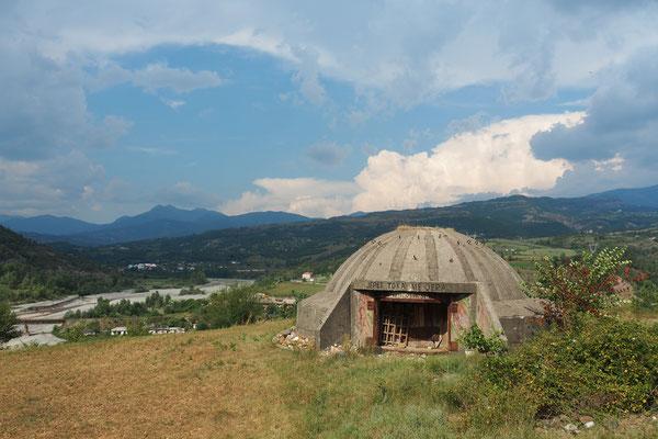 Angeblich gibt es zwischen 150 000 und 200 000 dieser Bunker in Albanien- Radreise Alles in 12 Taschen