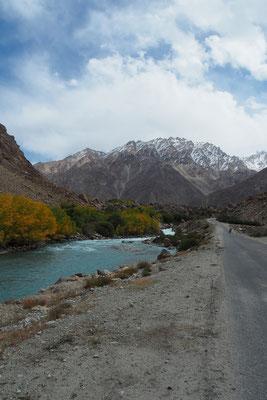 Tolle Farbklekse und türkises Wasser geleiten uns in die Berge