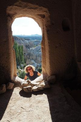 Lena guckt in eine Felskapelle