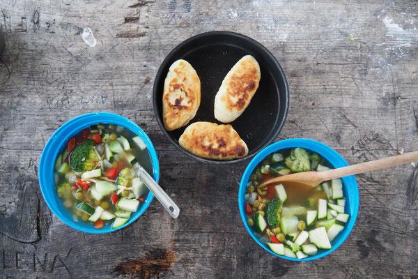 Eine Suppe mit gefüllte Brotfladen (kommt einer Calzone schon sehr nah)