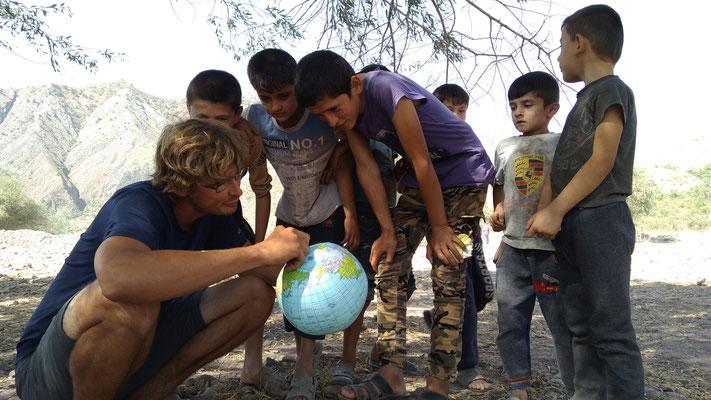 Stefan erklärt den Kindern die Welt!