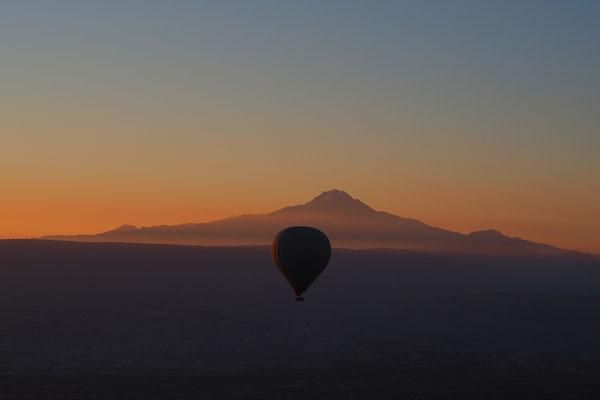Heißluftballon zum Sonnenaufgang