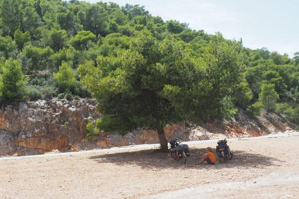 Griechenland empfängt uns mit viel Sonne und viel Hitze. Jeder Schatten ist uns recht - Radreise - Alles in 12 Taschen