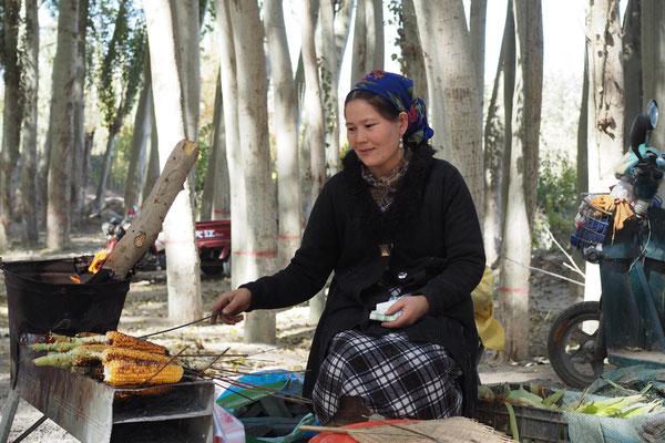 Uigurische Maisvekäuferin