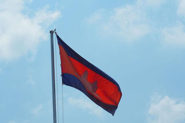 Das Bild auf der Flagge zeigt einen Tempel in der berühmten Anlage Angkor Wat