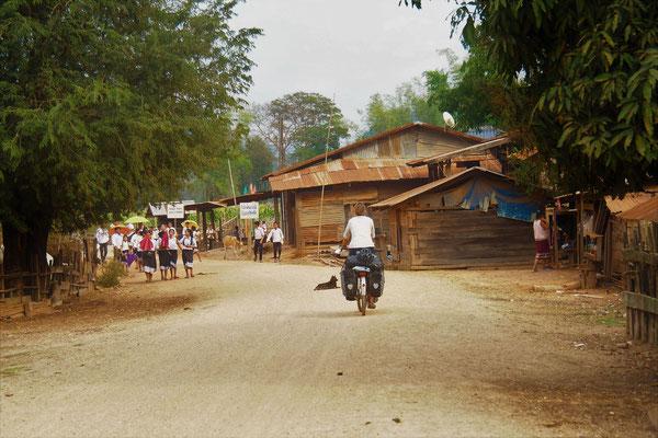 """Wir fahren durch kleine Dörfer und die Schulkinder rufen """"Sabaidee"""""""