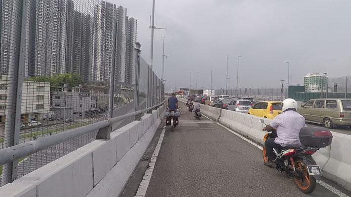 Die Brücke zwischen Mallaysia und Singapur - Alles in 12 Taschen - Cycletouring/Radreise