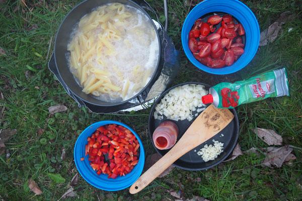 Nudeln, Tomata, Paprika, Zwiebel, Knoblauch, Tomatenmark und Ketschup