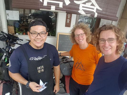 Jerry unser Gastgeber vor'm Cafè - Radreise/Cycletouring - Alles in 12 Taschen - Malaysia