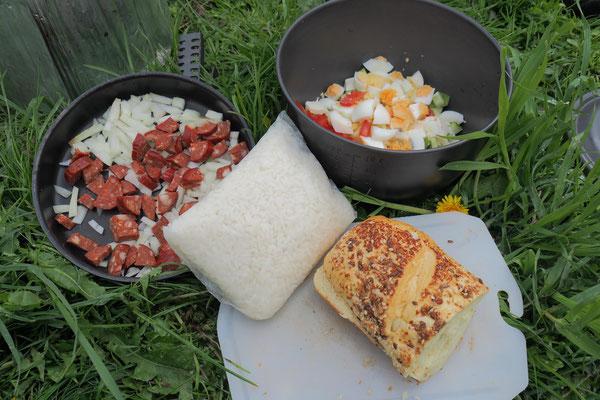 Reis (am Vorabend gekocht), Zwiebel, Wurst, Tomate, Gurke und gekochtes Ei