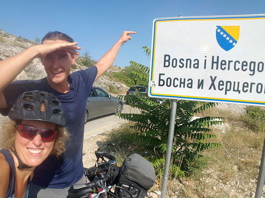 Grenzübergang von Kroatien nach Bosnien und Herzegowina - Alles in 12 Taschen - Radreise