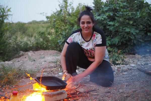 Gemüse wird auf offenem Feuer angebraten