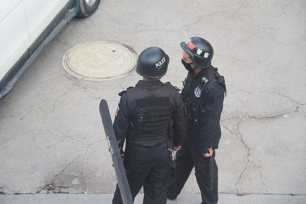 Polizisten vor unserem Hostel