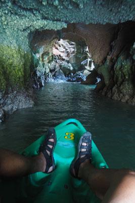 man kann hier sogar durch eine Mini-Höhle paddeln.