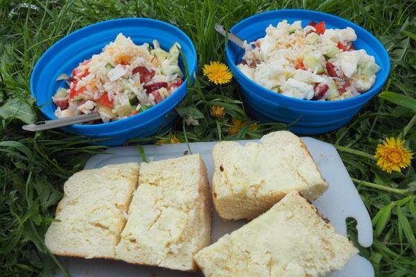 Ergeben zusammen einen leckeren Reis - Salat. Dazu gab es eine Butterstulle;)