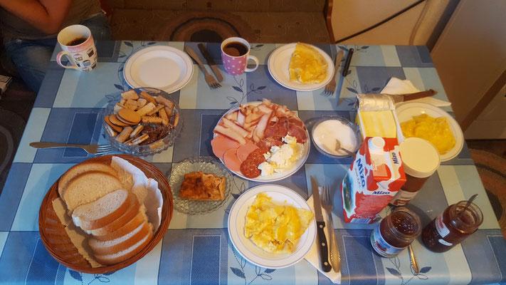 Das Frühstück kann sich sehen lassen - Alles in 12 Taschen Radreise