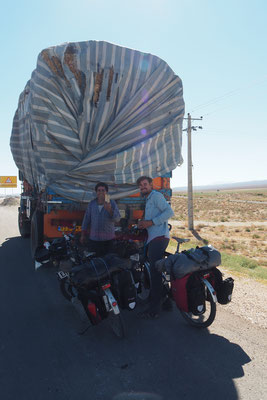 Ein freundlicher und großzügiger LKW Fahrer