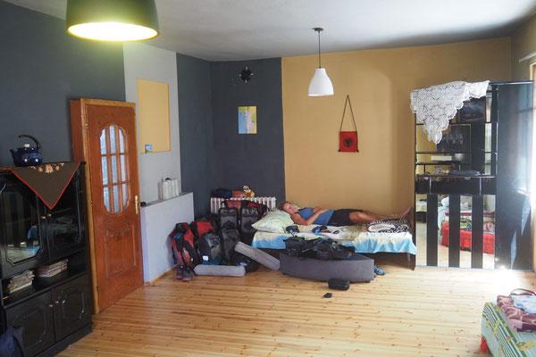 Unsere Unterkunft in Korça ist ein zum Hostel umfunktioniertes Wohnhaus. Wir schlafen zusammen mit 6 anderen im Wohnzimmer - Radreise Alles in 12 Taschen