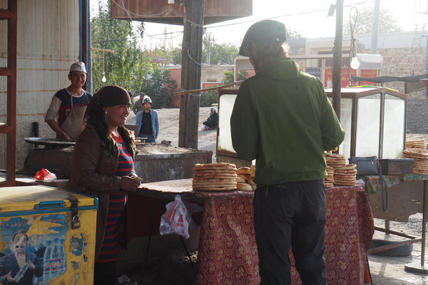 Stefan kauft Brot