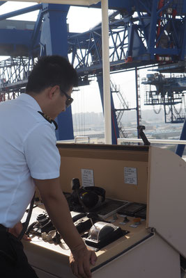Der Chiefmade am Steuer im Hafen