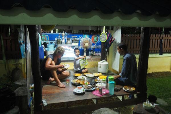 Unsere Gastgeber kochen traditionell für uns und umsorgen uns bestens.