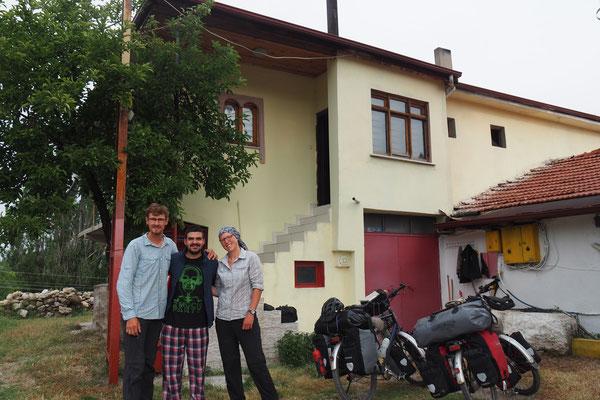 Vorm Haus unseres Gastgebers Feridun