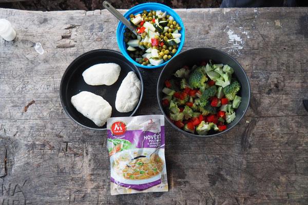Verschiednes Gemüse, Tütensuppe, Mehl, Wasser, Backpulver, Käse- und Wurstwürfel ergeben: