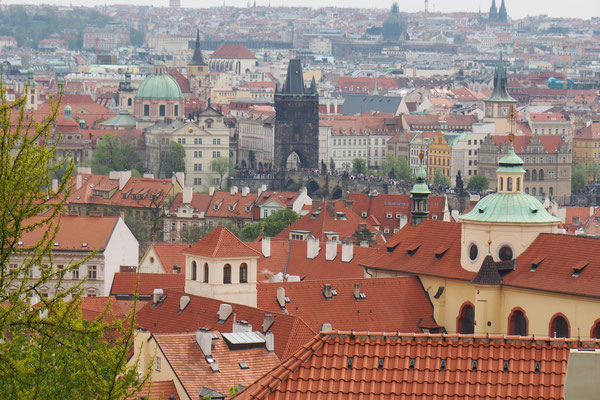 Menschenmassen und Ausblick über die Dächer