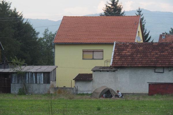 Zelten hinter dem Haus von Damir und Ivana - Alles in 12 Taschen Radreise