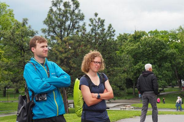 Mark und Lena hören sehr interessiert dem Guide zu!
