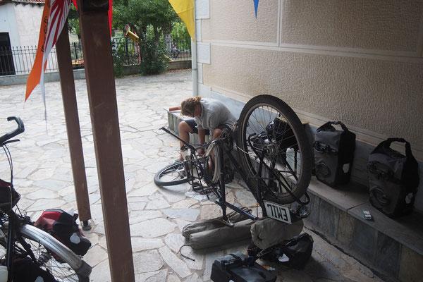 Lena bzw. Emil haben auch platte Reifen im Abo - Radreise - Alles in 12 Taschen
