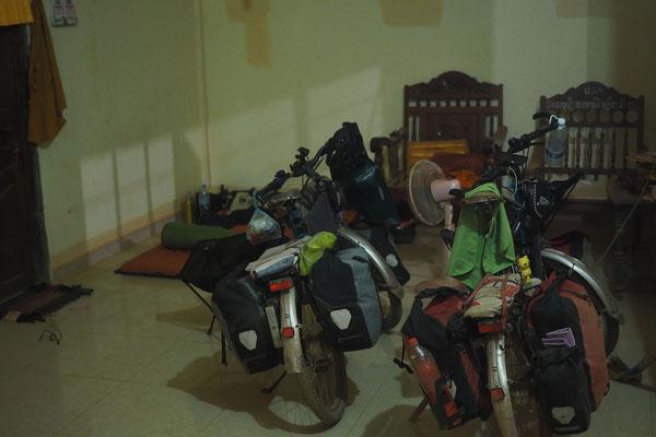 unsere Schlafecke im offenen Wohnhaus der jungen Mönche