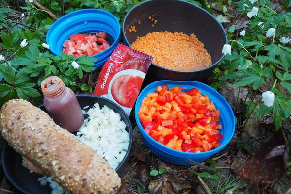 Aus Linsen, Karotte, Paprika, Zwiebeln, Tomate und Tomatenmark