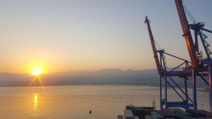 Sonnenuntergang am Hafen in Beirut - Radreise - Alles in 12 Taschen