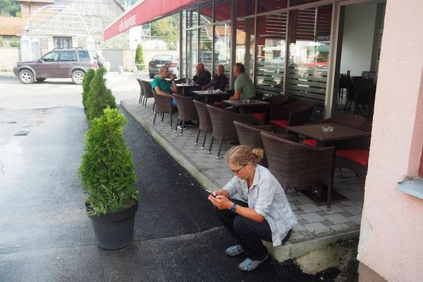 Zwischendurch erfragen wir immer mal wieder das WLAN-Passwort an Cafes und Restaurants. In deutschen Dörfern gibt's sowas kaum - Alles in 12 Taschen Radreise