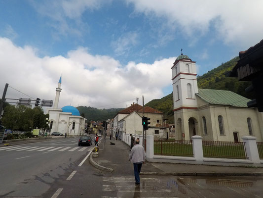 Ein bezeichnendes Bild für dieses Land - Moschee und Kirche direkt nebeneinander - Alles in 12 Taschen - Radreise