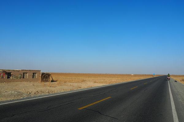 Crossing Xinjiang by bike on G315 - boring roads