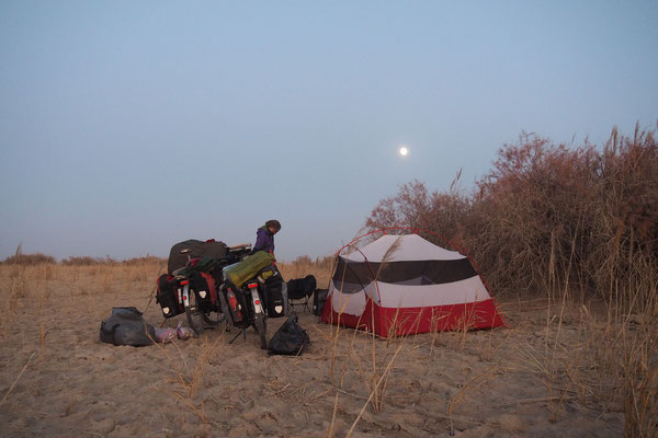 Crossing Xinjiang by bike on G315 - somethimes we found nice camping spots (2 times)