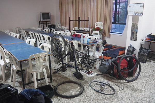 ...wir finden Unterschlupf in einer Schule... - Radreise - Alles in 12 Taschen