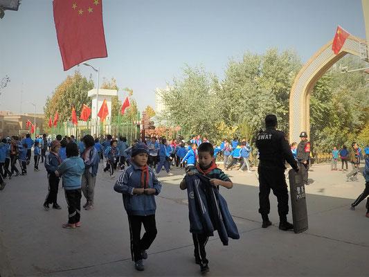 Polizisten bewachen die Schulen - das ist an sich eine gute Sache