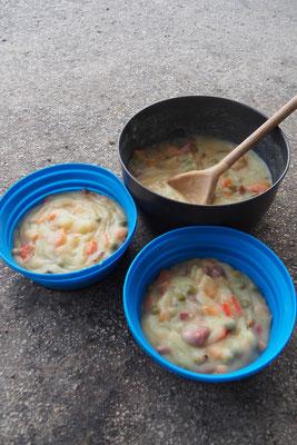 Kartoffelpürre -Pulver langam unter rühren hinzufügen und nach belieben würzen