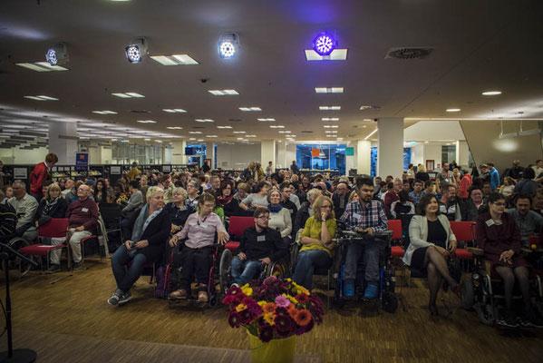 Gur 260 Gäste sind in die Bielefelder Stadtbibliothek gekommen, aus ganz Deutschland, der Schweiz und aus Österreich