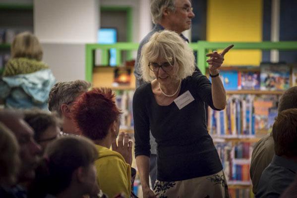 Die Projektleiterin Sabine Feldwieser bespricht sich mit den beiden Lesern
