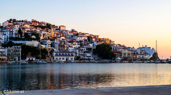 Skopelos Stadt am Morgen.