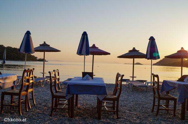 Der feine Kiesstrand von Panormos mit kleinen Tavernen, Bootsverleih u.v.m.