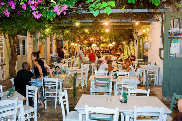 """Einer vielen kleinen Tavernen in der Hauptstadt Ermopouli """"To Petrino"""" im Zentrum"""