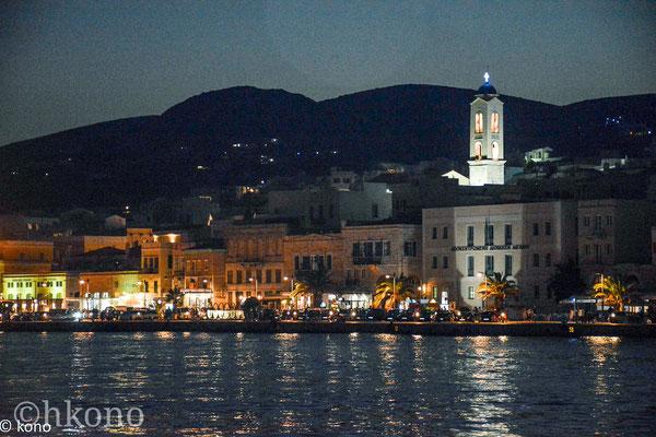 Der lebendige Hafen von Ermopouli mit vielen kleine Tavernen, und kleinen Geschäften, ideal für einen Abendbummel