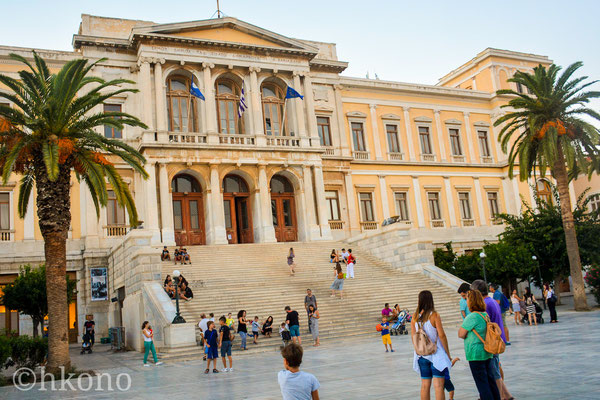 Das Rathaus in Ermopouli, Treffpunkt und Ausgangspunkt für einen Bummel durch viele kleine Gassen